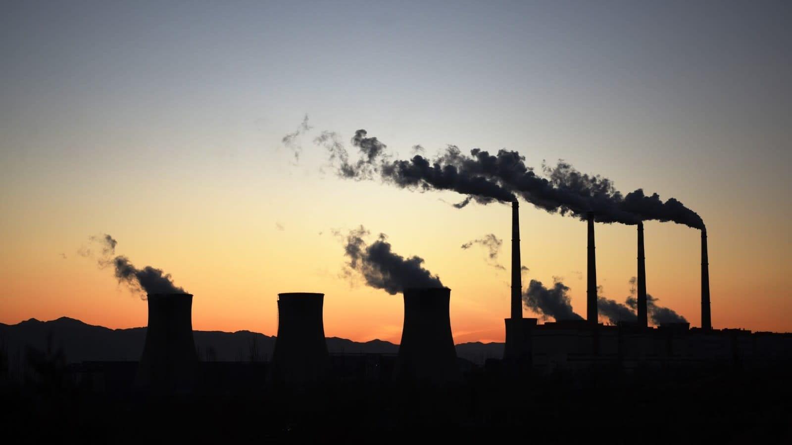 Kiinalainen hiilivoimala auringonlaskun aikaan kuvattuna.