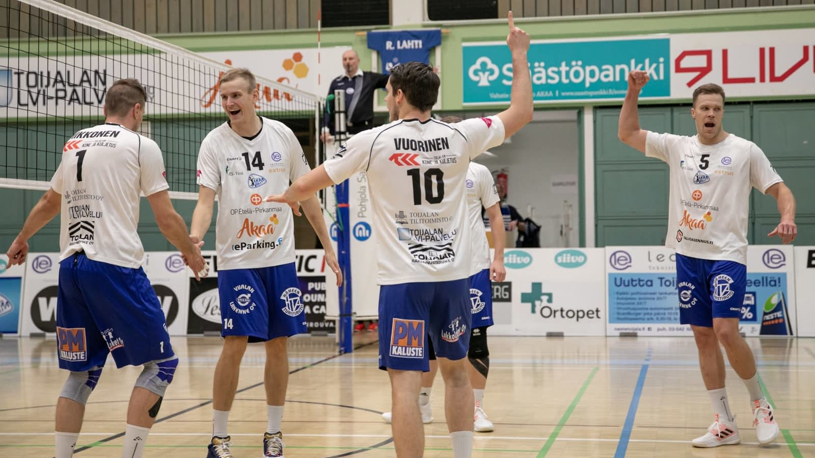 Akaa-Volleyn pelaajat juhlivat.