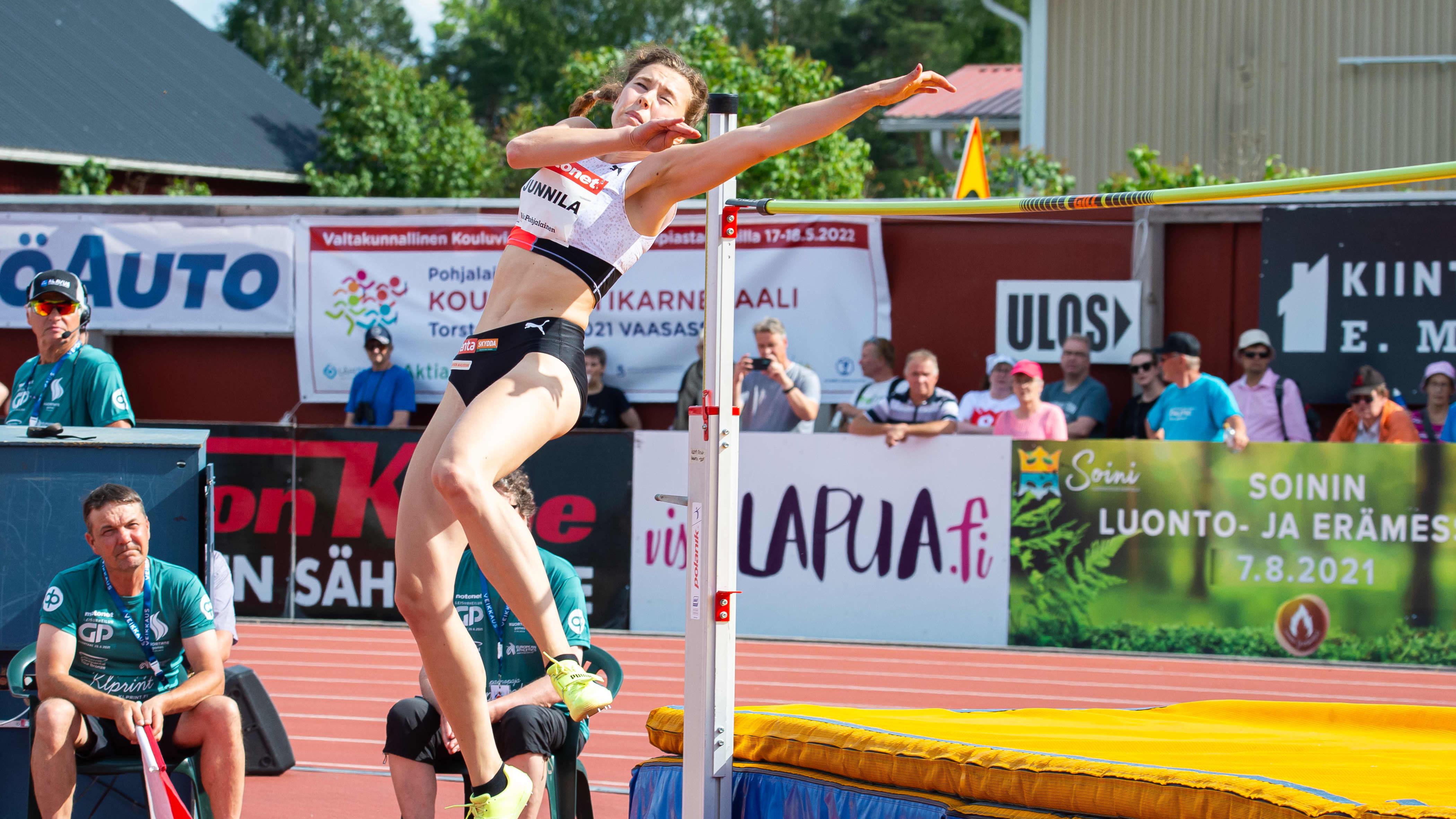 Ella Junnila hyppää Kuortaneella.