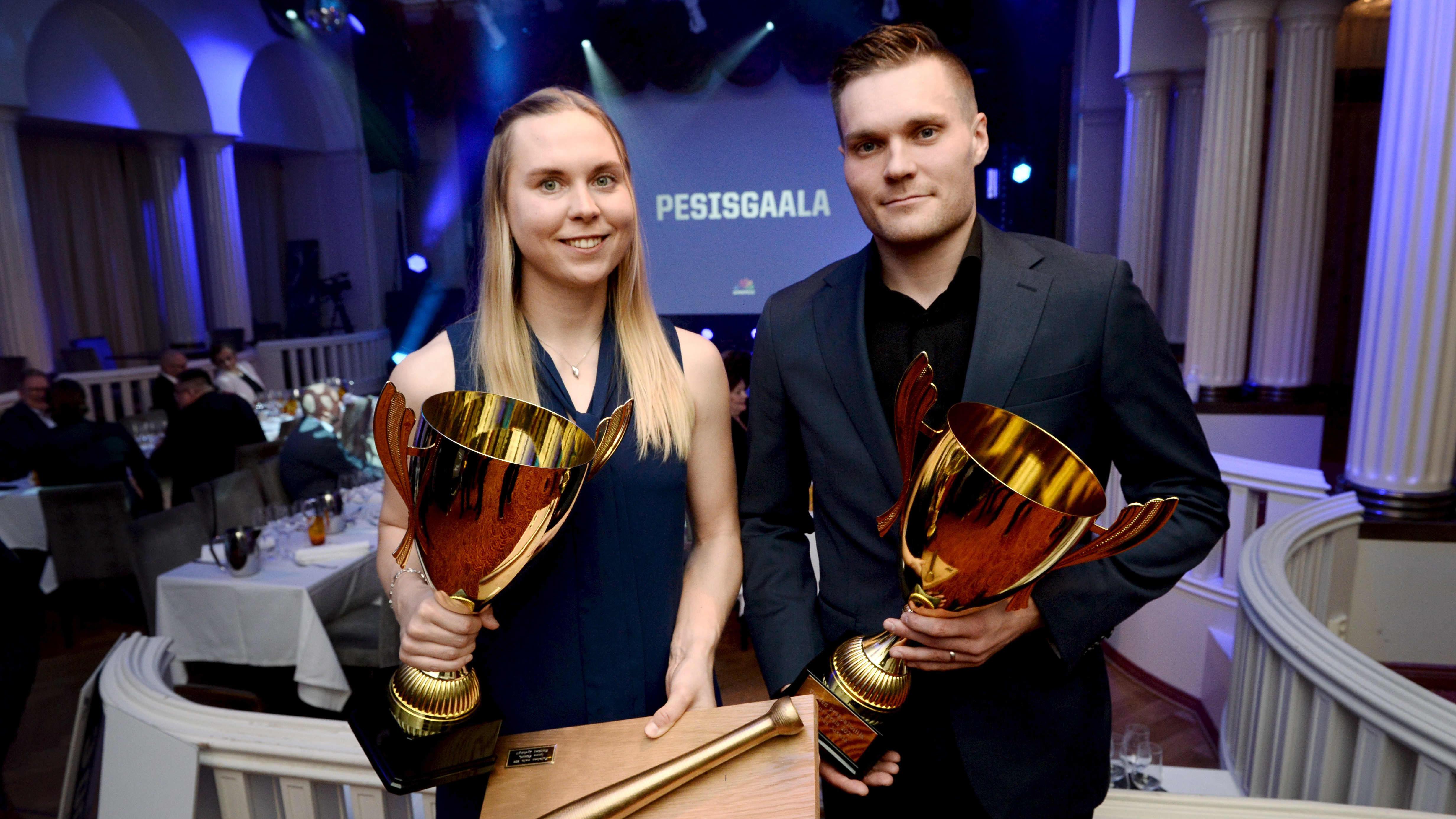 Emma Körkkö ja Tuomas Jussila valittiin kauden parhaiksi pesäpalloilijoiksi.