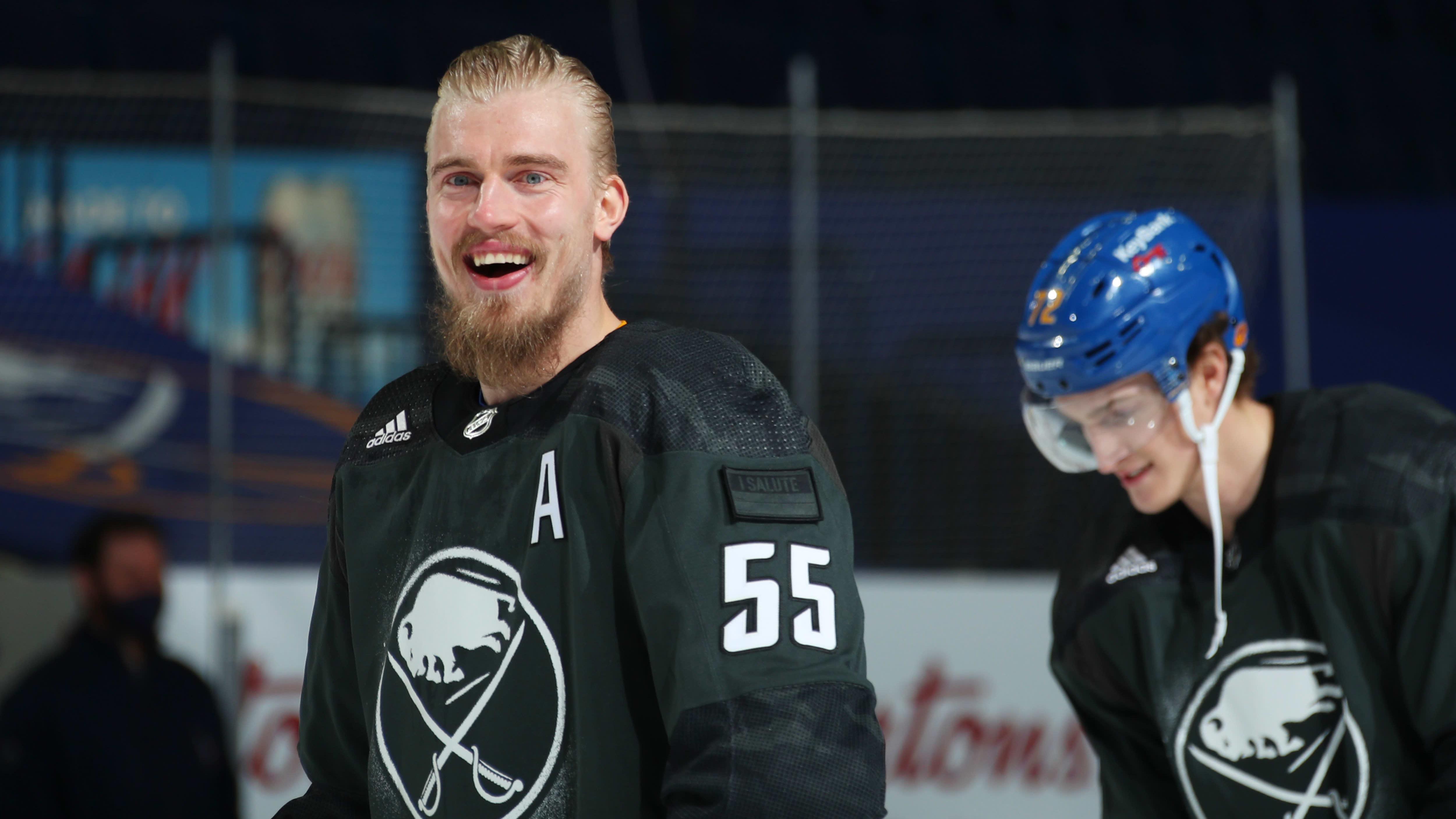 Rasmus Ristolainen hymyilee kameralle Buffalo Sabresin paidassa.