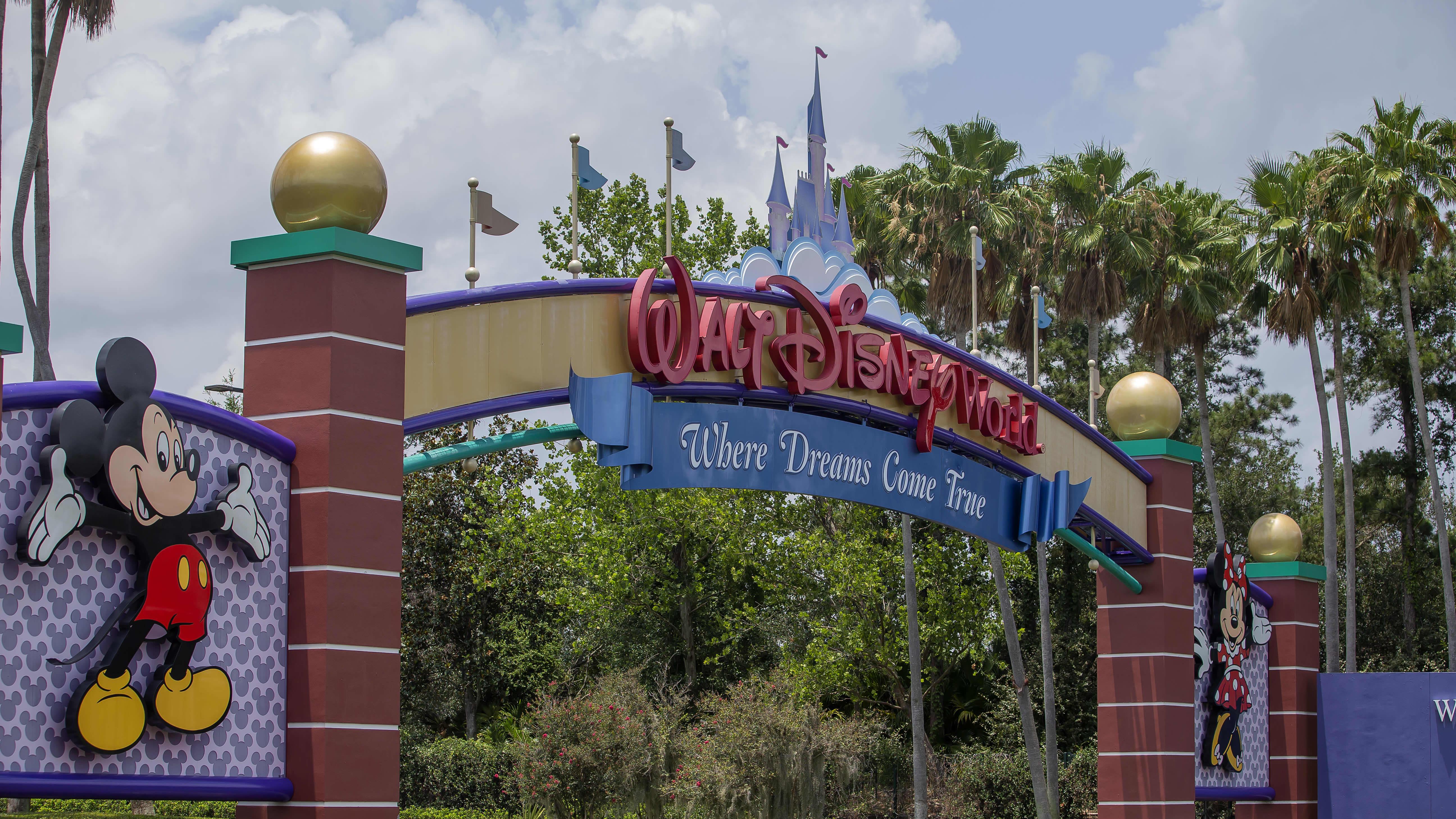 Disney Worldin portti. Portin laidalla Mikki Hiiri.