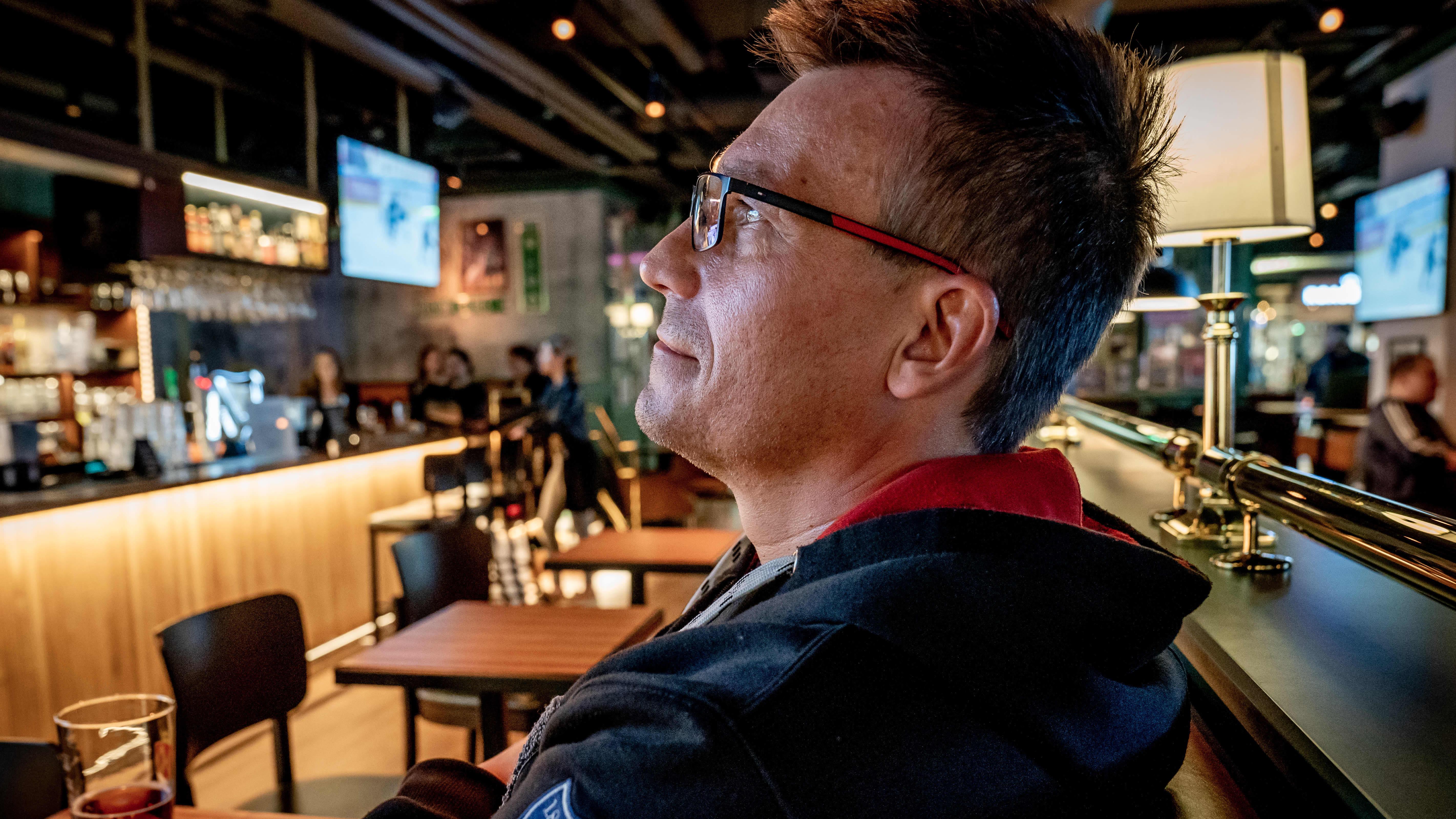 Ronny Höglund viettää iltaa ravintola O´Learysissa Helsingissä