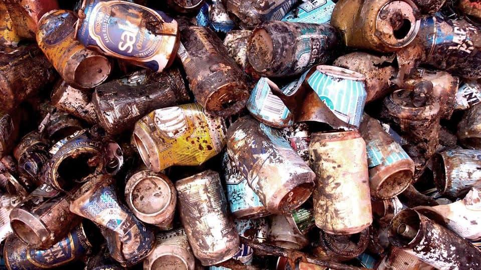 Merenpohjasta löytyneitä tölkkejä Hangossa.
