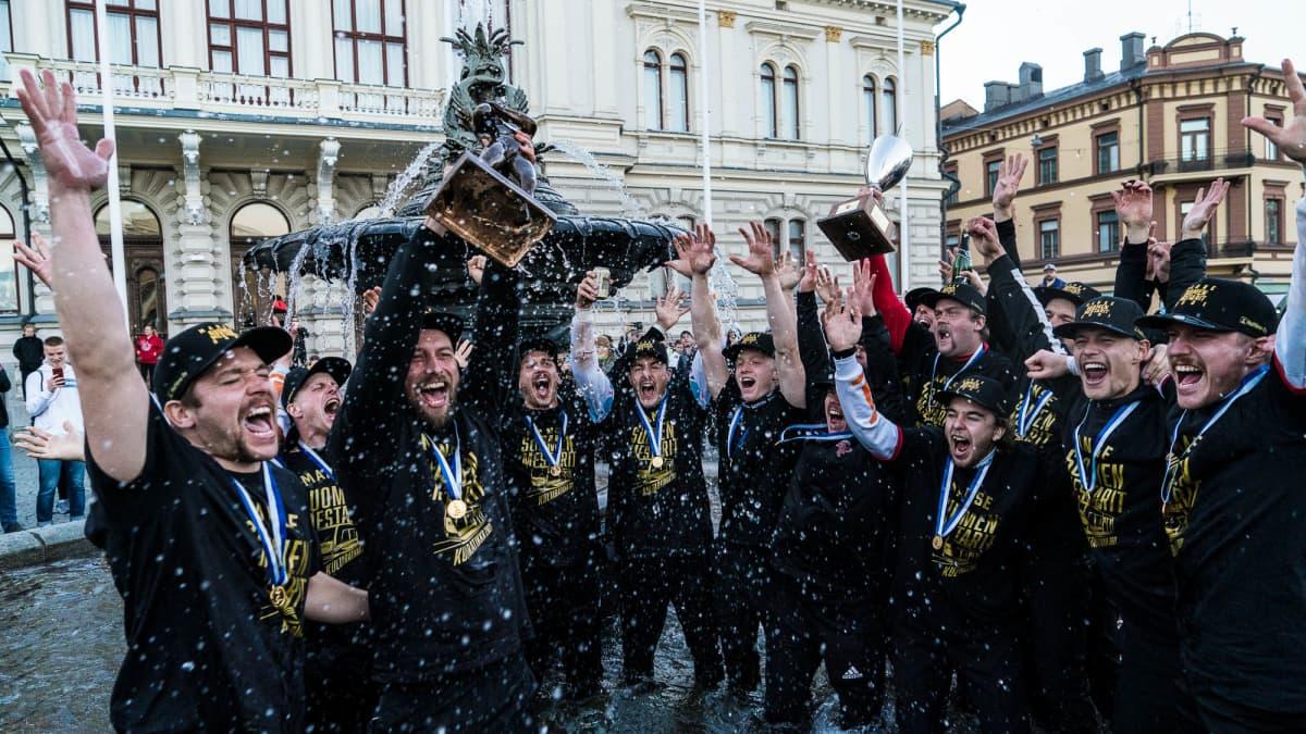 Manse PP:n mestaruusjuhlat jatkuivat Keskustorin suihkulähteelle Kaupin pesäpallostadionin kentältä voittoisan viidennen finaalin jälkeen. Vastassa oli Kouvolan pallonlyöjät.