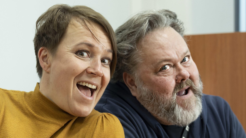 Sanna Pirkkalainen ja Jussi Lindroos katsovat hymyillen kameraan.