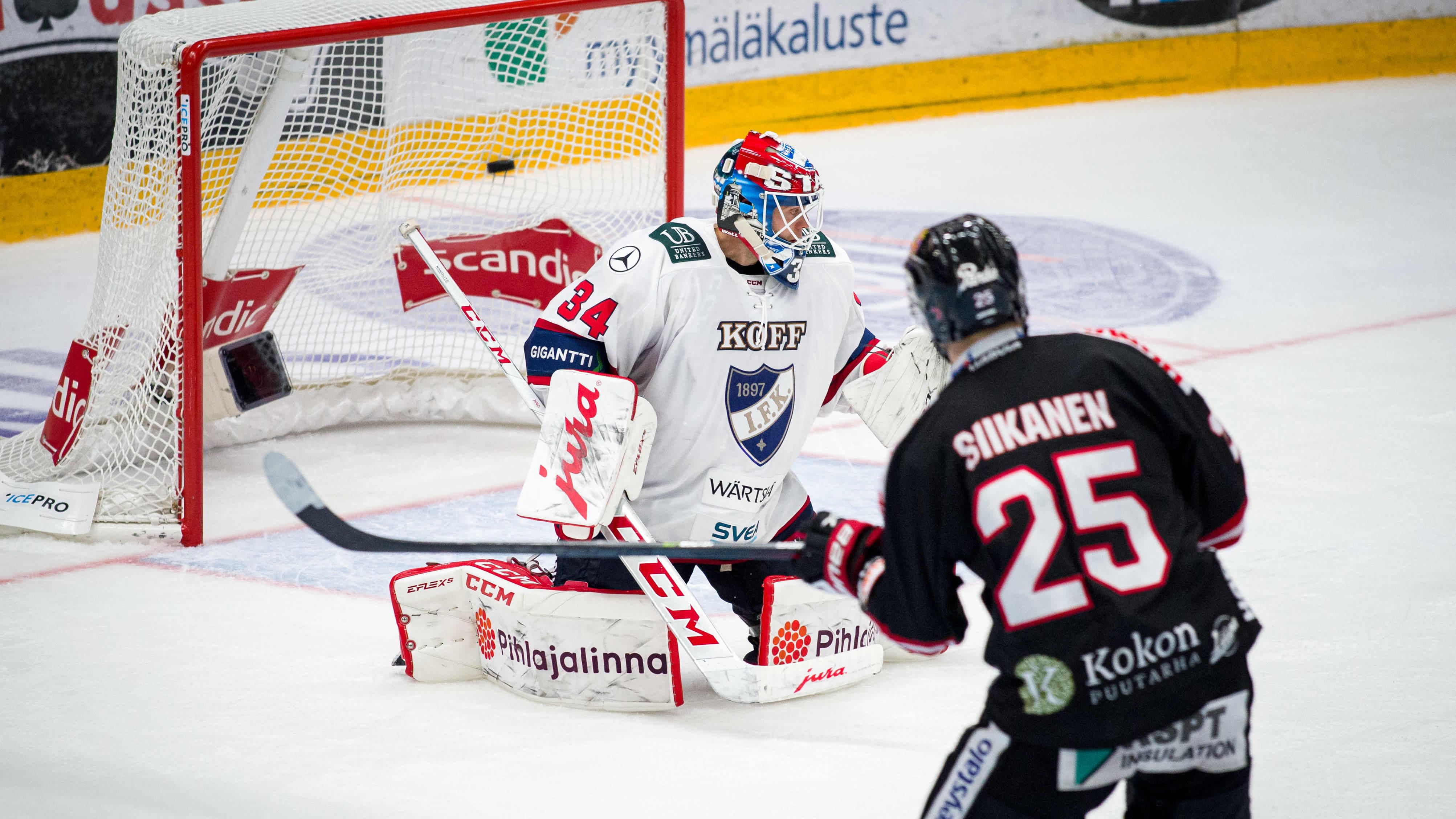 Kuvassa HIFK-vahti Michael Garteig ja JYPin Patrik Siikanen.