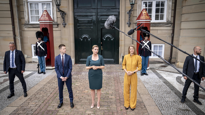 Tanskan uudet ministerit median edessä.
