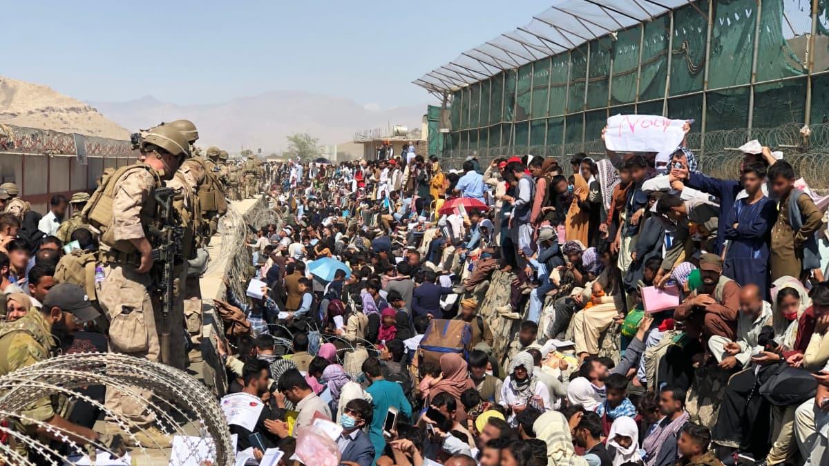 Kabulin lentokentällä evukuoidaan ihmisiä.
