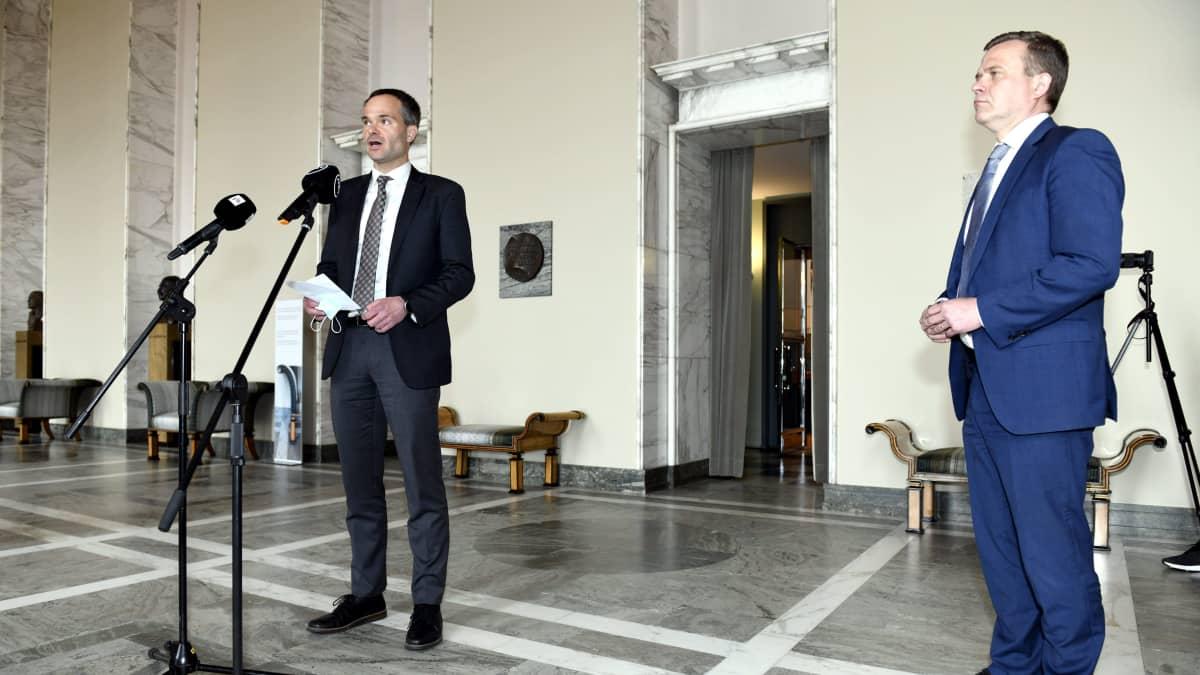 Kokoomuksen eduskuntaryhmän puheenjohtaja Kai Mykkänen ja puheenjohtaja Petteri Orpo pitivät tiedotustilaisuuden eduskunnassa valtiosalissa.