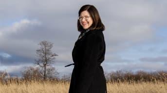 Vihreiden Anni Sinnemäki valokuvattiin Lammassaareen johtavilla pitkospuilla helmikuun 2021 alussa.