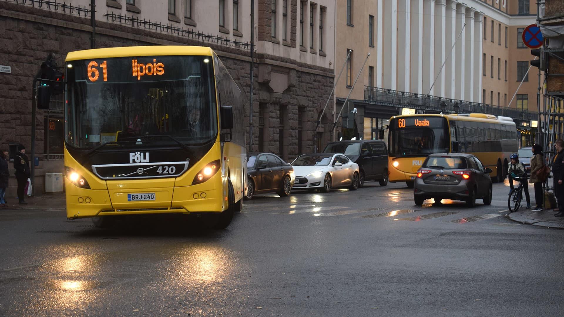 Linja-autoja Linnankadulla Turussa.