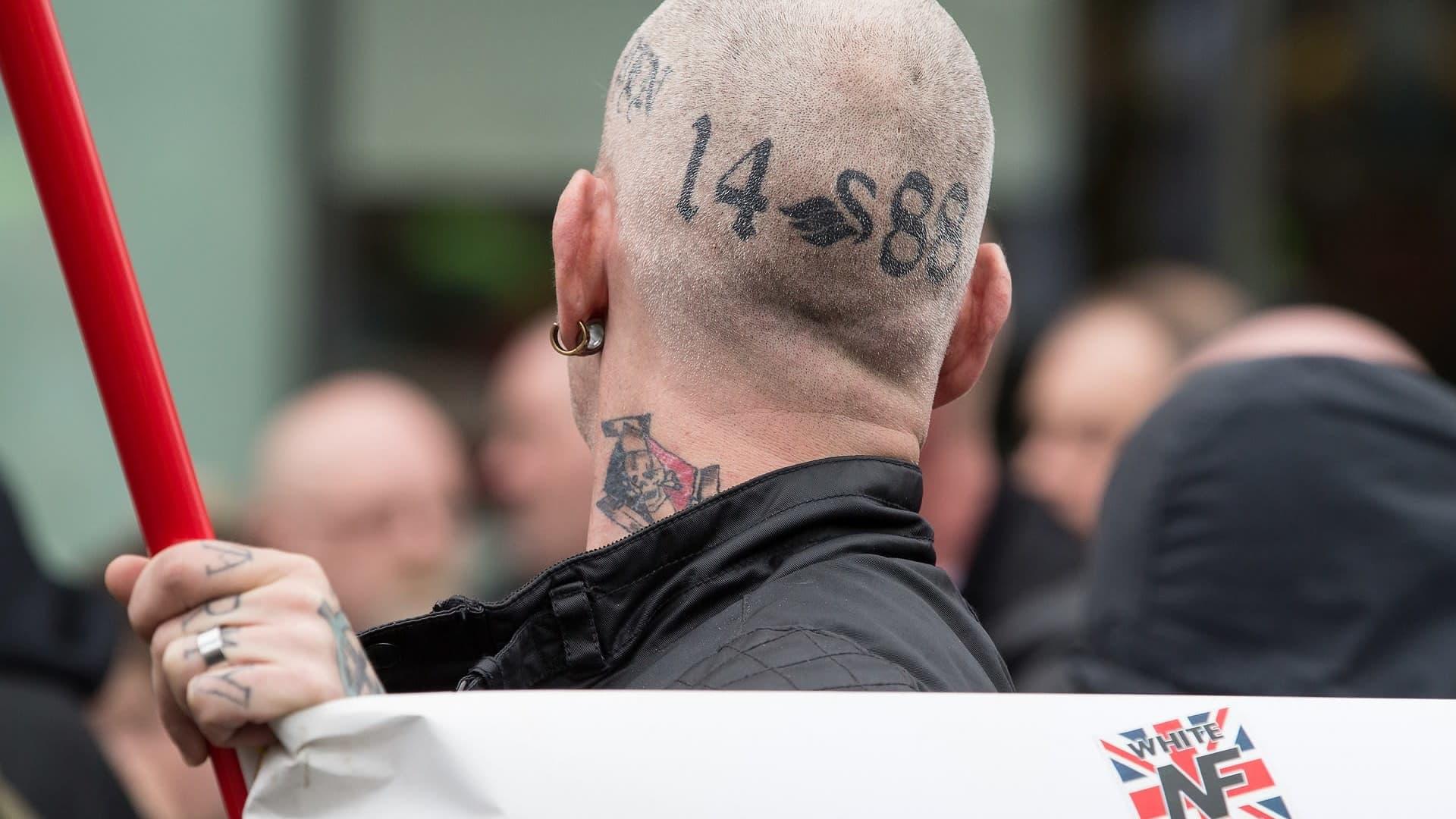 Miehen paljaaksi ajeltuun päähän on tatuoitu uusnatsien symboleja.