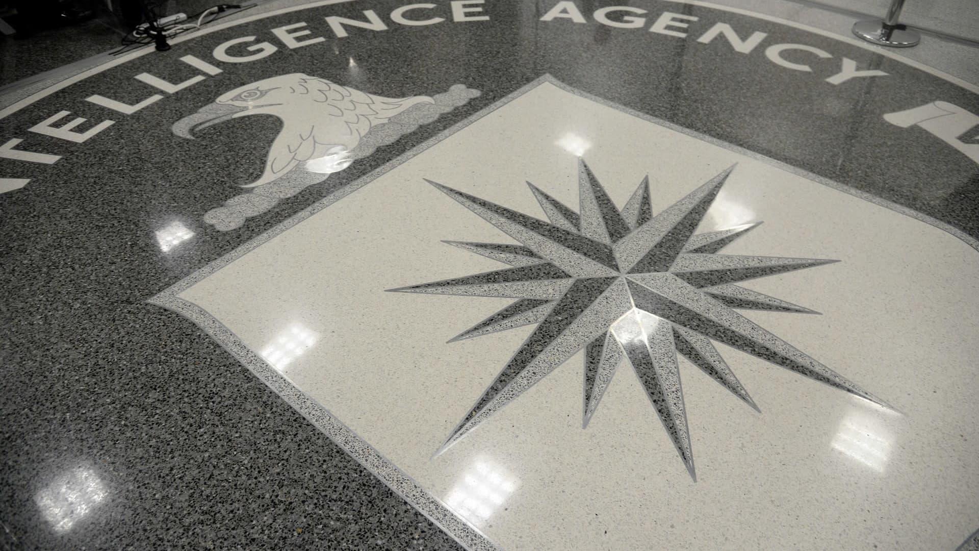 Yhdysvaltain keskustiedustelupalvelun CIA:n vaakuna viraston päämajan lattiassa Langleyssä, Virginiassa.