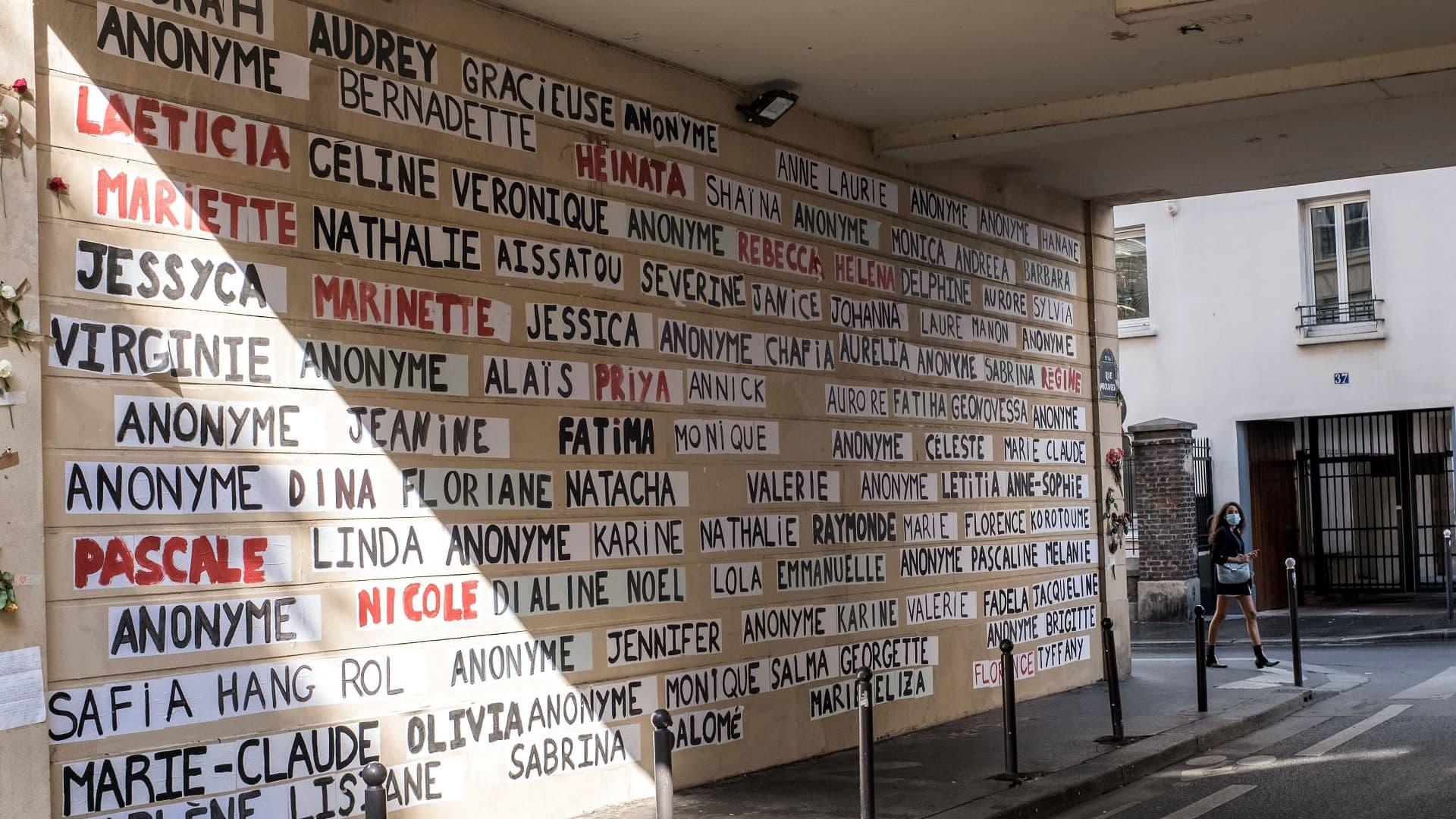 Seinä täynnä nimiä