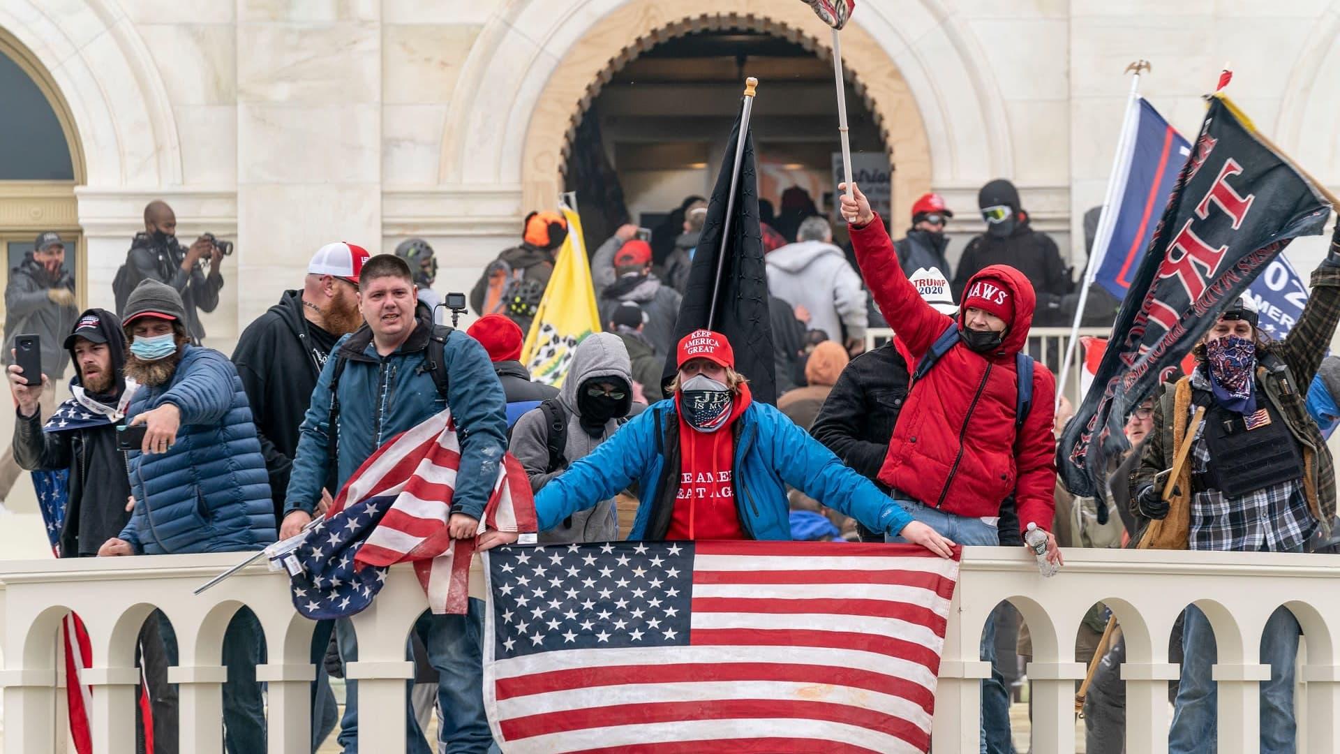 Väkijoukko kongressin parvekkeella