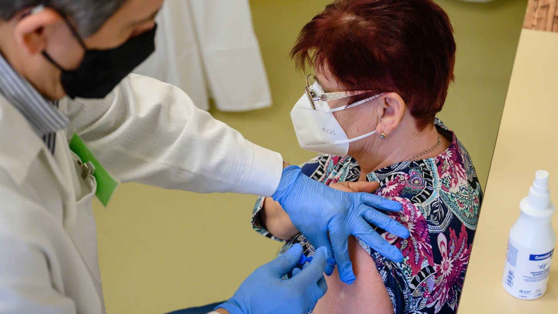 Naista rokotetaan.