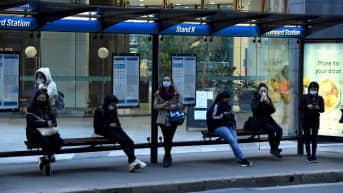 Matkustajat odottavat bussia Sydneyssä Australiassa.
