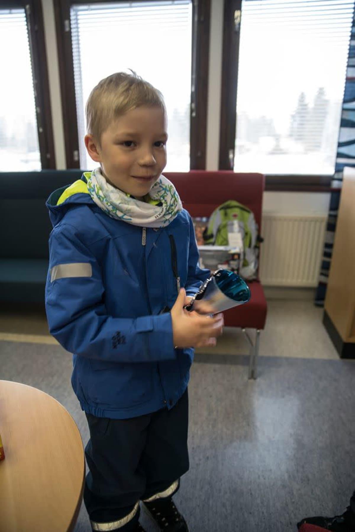 Tulipalotilanteessa ansiokkaasti toiminut Kasper Poikela ja pokaali