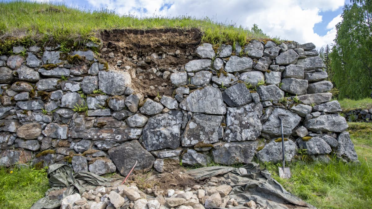 Kärnäkosken linnoituksen valli keskeneräisenä.