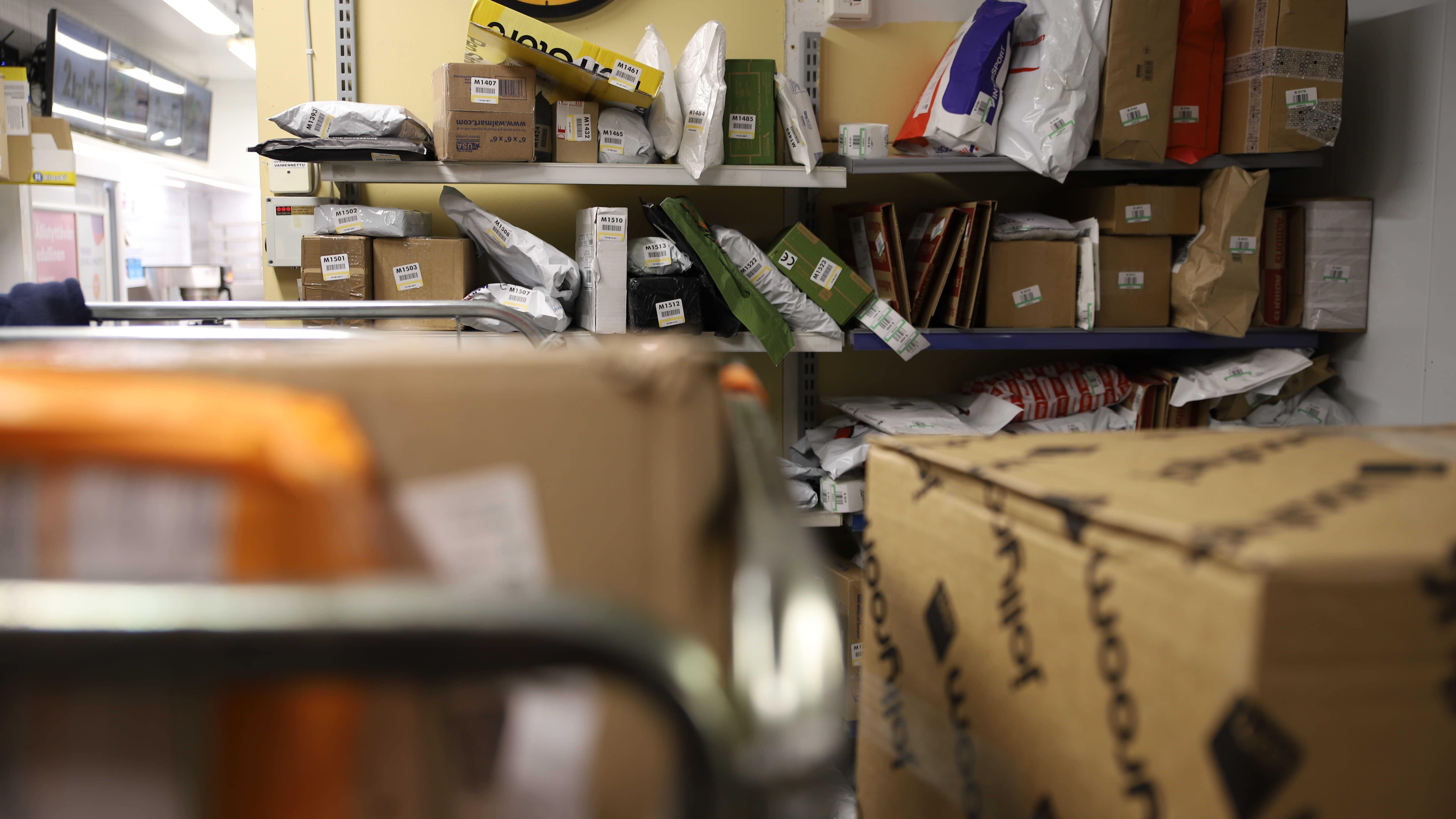 R-kioskin varasto pursuaa paketteja