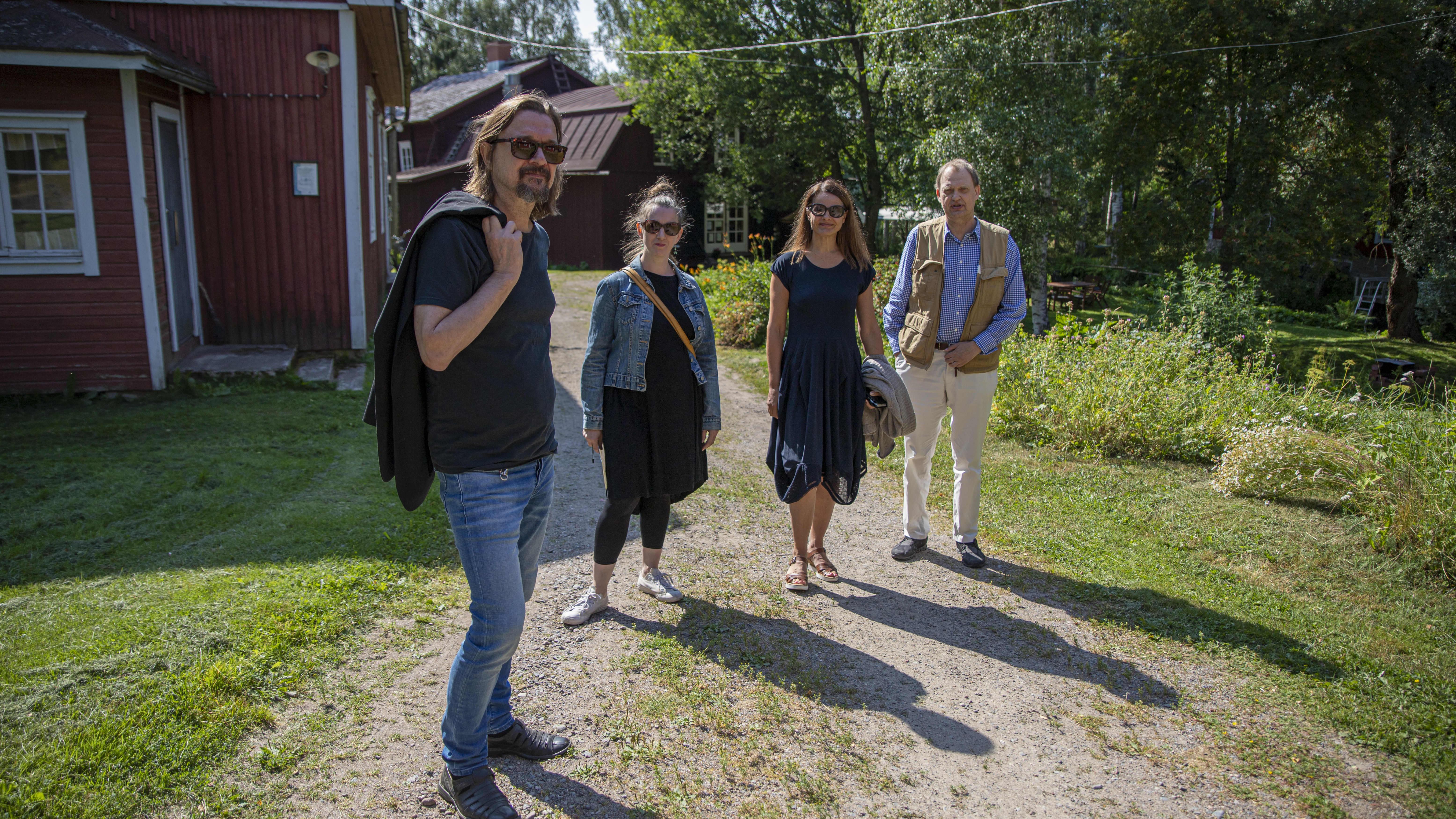 Näyttelijä Niina Nurminen, tietokirjailija Minna Maijala. oopperalaulaja Petteri Salomaa,ja elokuvaohjaaja Heikki Huttu-Hiltunen Portaan nahkurinverstaalla.