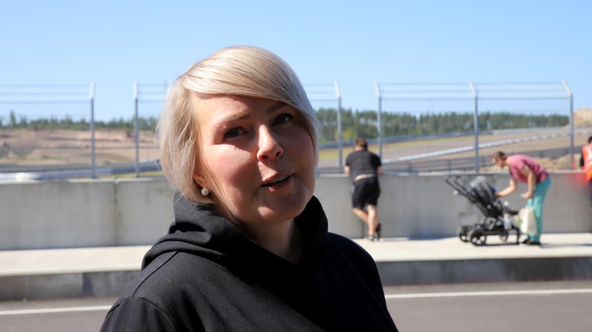 Sähköautoilijat ry:n puheenjohtaja Kirsi Immonen Kymiringin radalla, kasvokuva