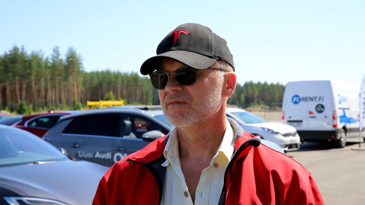 Taksikuski Hannu Rasi Kuhmalahdelta, kasvokuva, aurinkolasit päässä