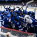 Tampa Bay Lightningin pelaajat halaavat toisiaan maalin luona voitettuaan ottelun