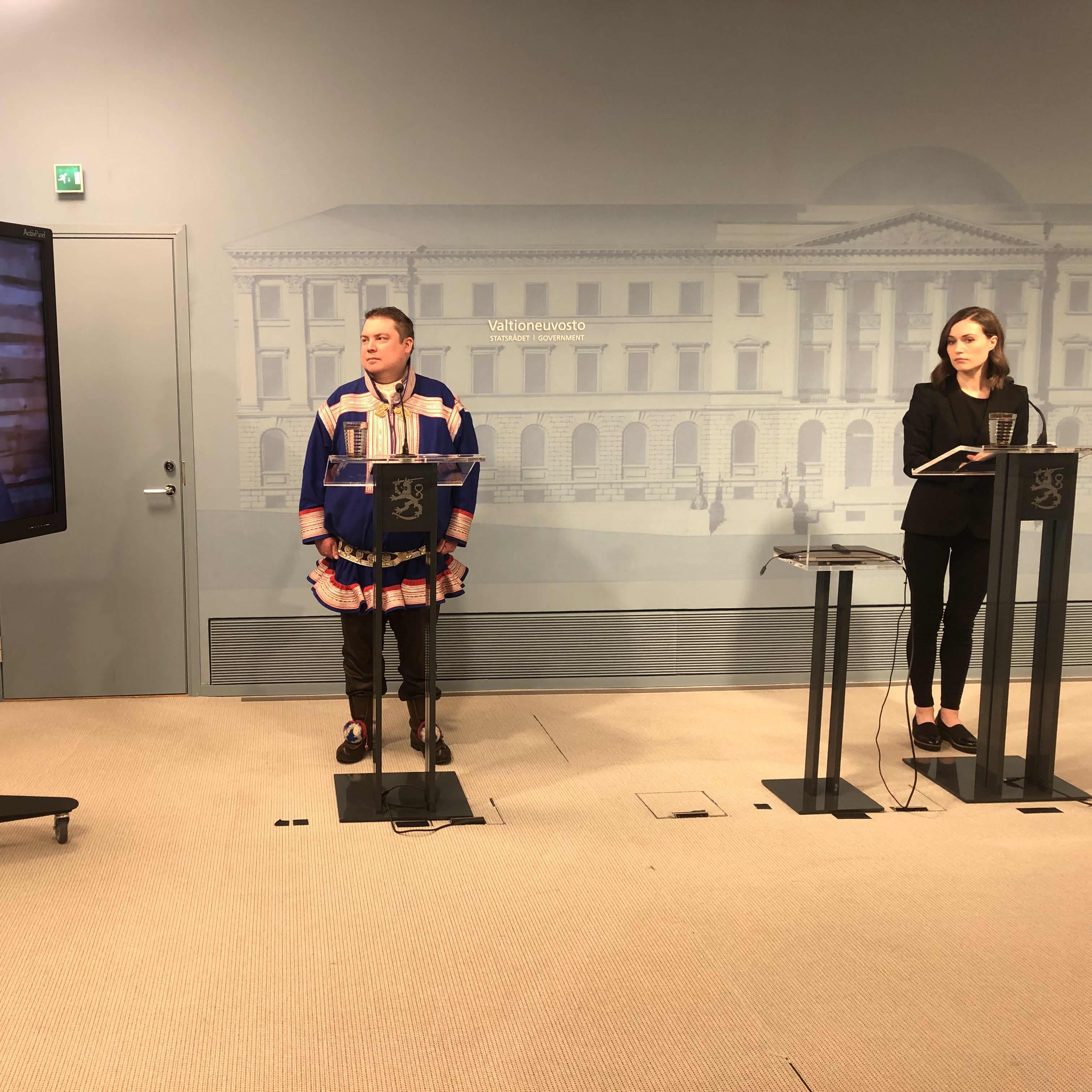 Valtioneuvoston tiedotustilaisuudessa ruudulla näkyy kolttien luottamusmies Veikko Feodoroff. Paikalla ovat Saamelaiskäräjien puheenjohtaja Tuomas Aslak Juuso ja pääministeri Sanna Marin.