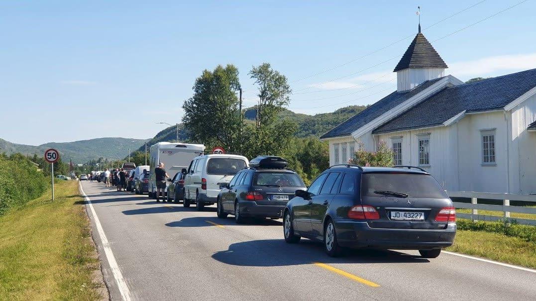 Autot jonottavat Nuorgamin raja-asemalla Norjaan päin Utsjoella iltapäivällä 5. heinäkuuta 2021