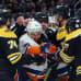 Leo Komarov kamppailee Bostonin pelaajien ympäröimänä.