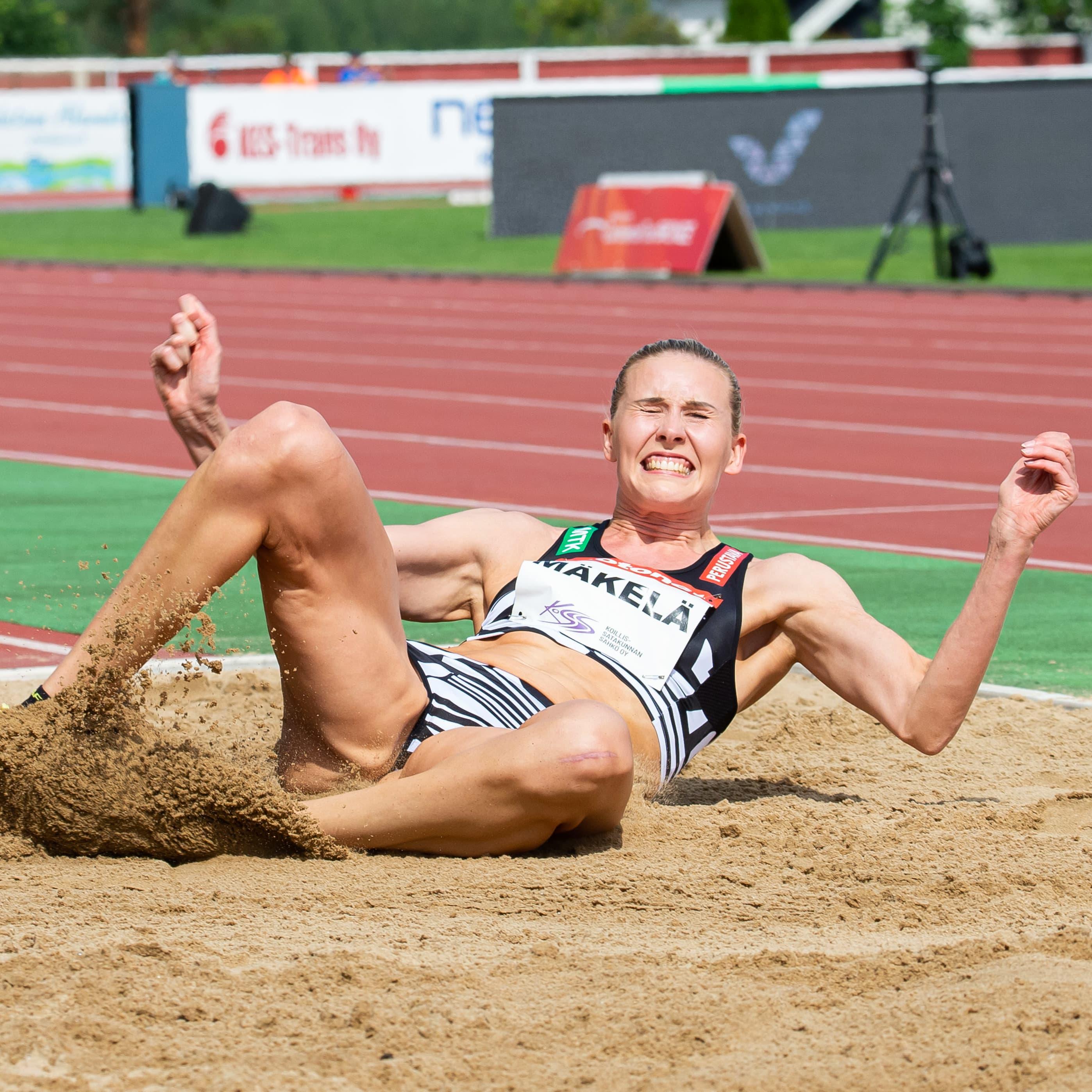 Kristiina Mäkelä landar i sanden.