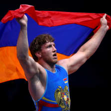 Artur Aleksanjan juhlii Armenian lipun kanssa.