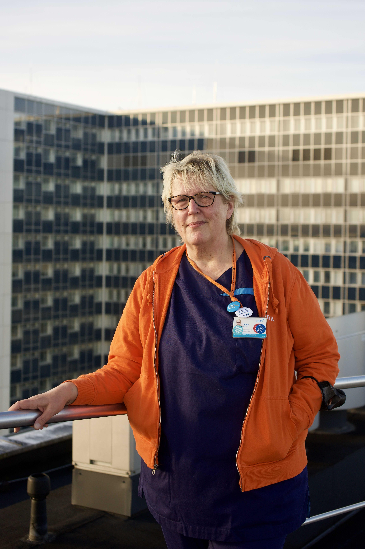 Sairaanhoitaja Riitta Majala seisoo HUSin sairaalan katolla.