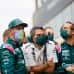 Sebastian Vettel tallihenkilökunnan edessä maski naamallaan.
