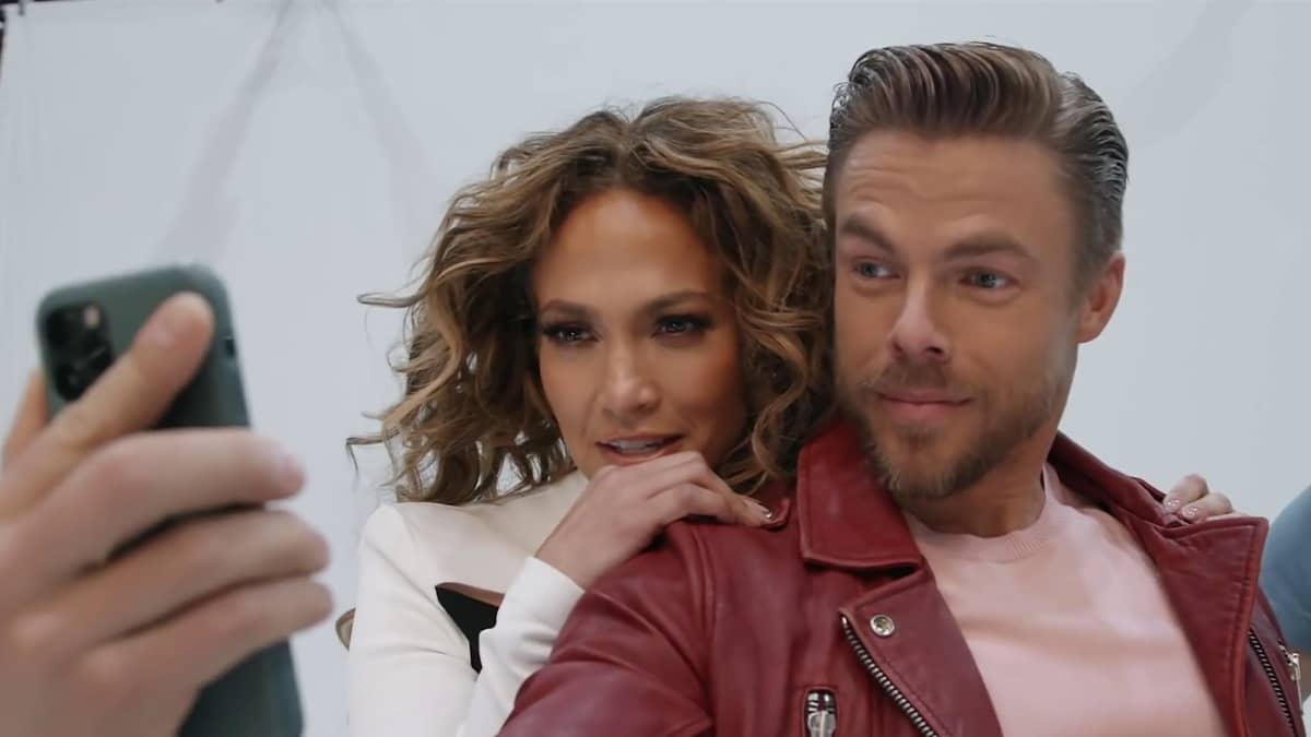 Jennifer Lopez ja Derek Hough poseeraavat kännykän edessä.