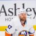 Leo Komarov pettyneenä jäällä Islandersin pudottua playoffeissa.