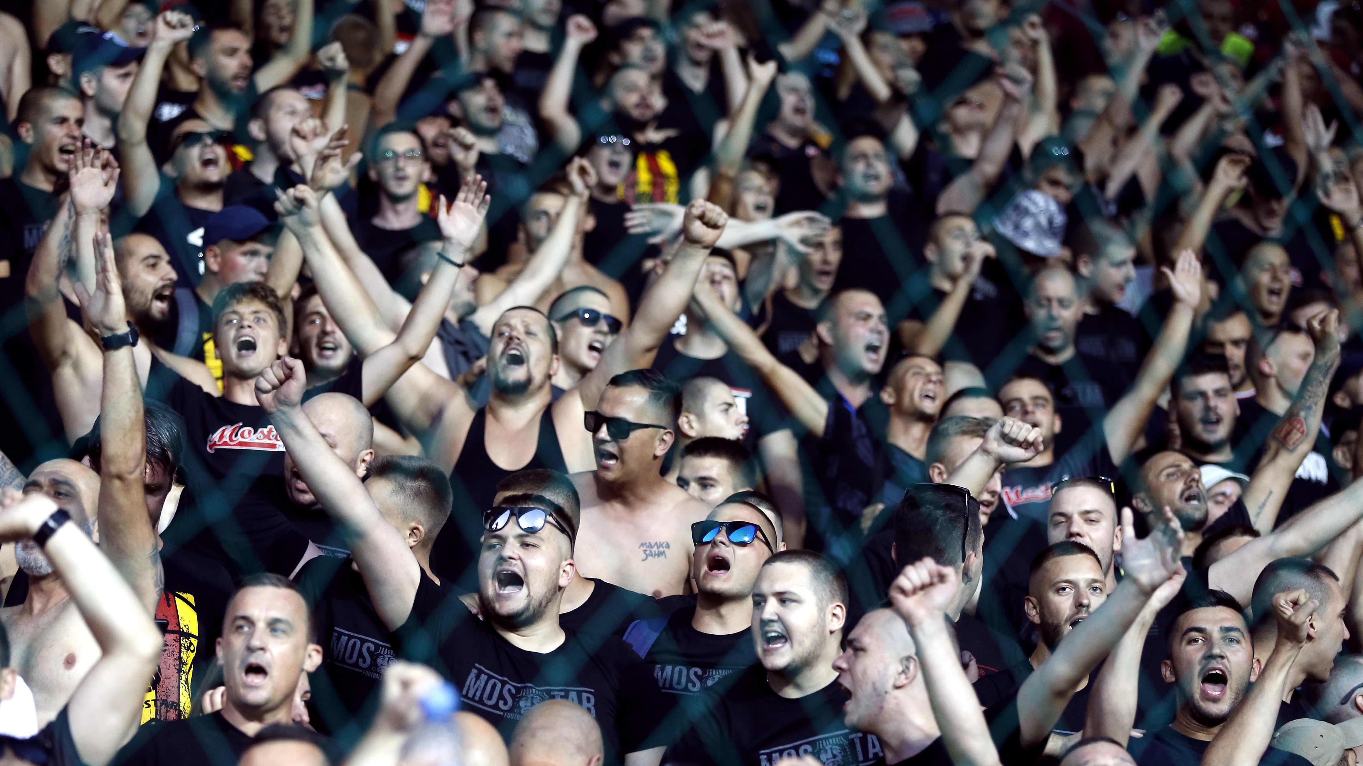 Velez Mostarin kannattajia kuvassa