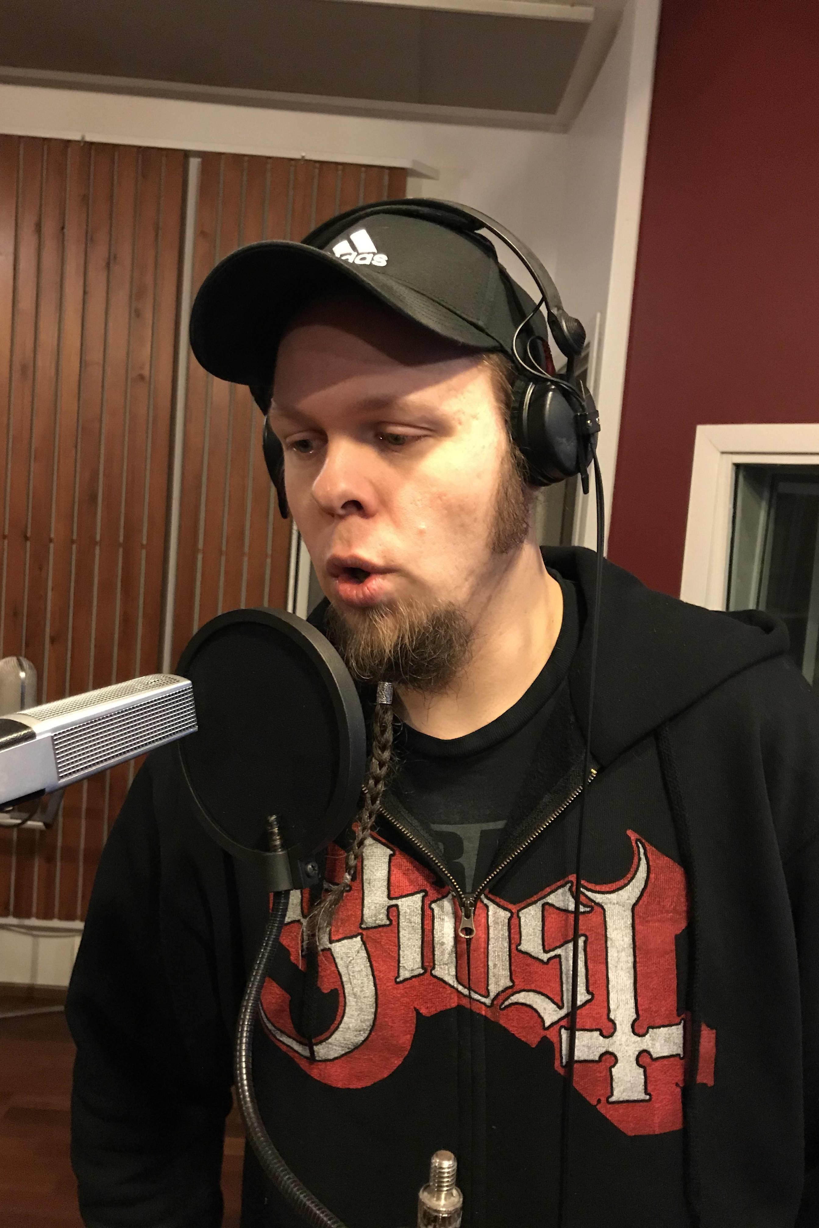 Mies laulaa mikrofoniin.