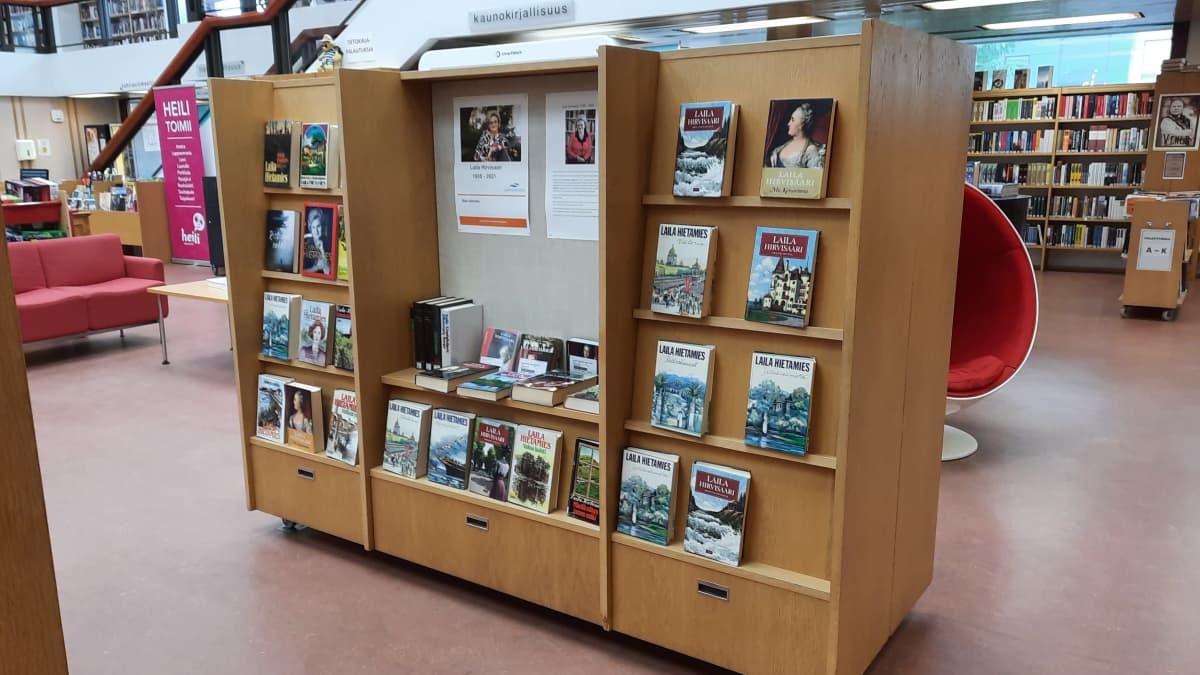 Laila Hirvisaaren teoksia kirjaston hyllyssä esillä.