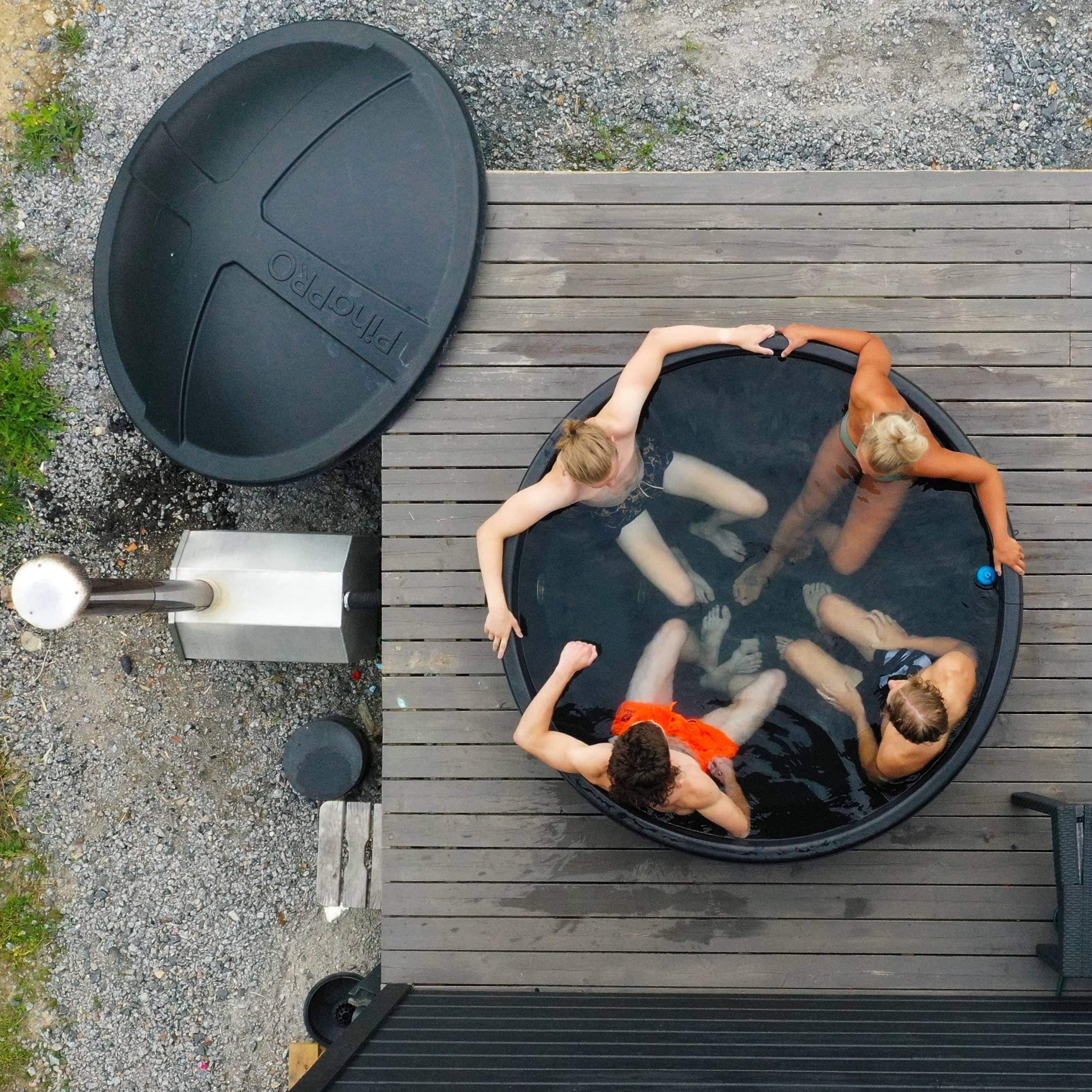 Kaverukset kylpytynnyrissä talon terassilla. Ilmakuva.