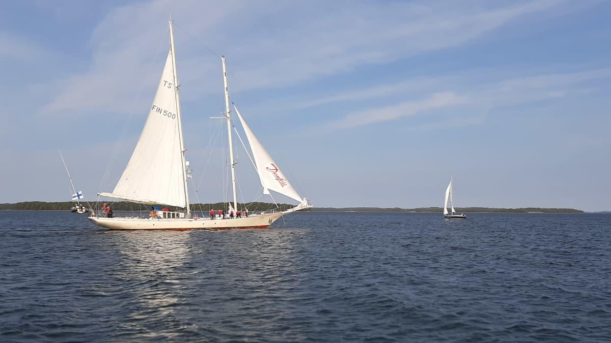 Koululaiva Helena Saaristomerellä.