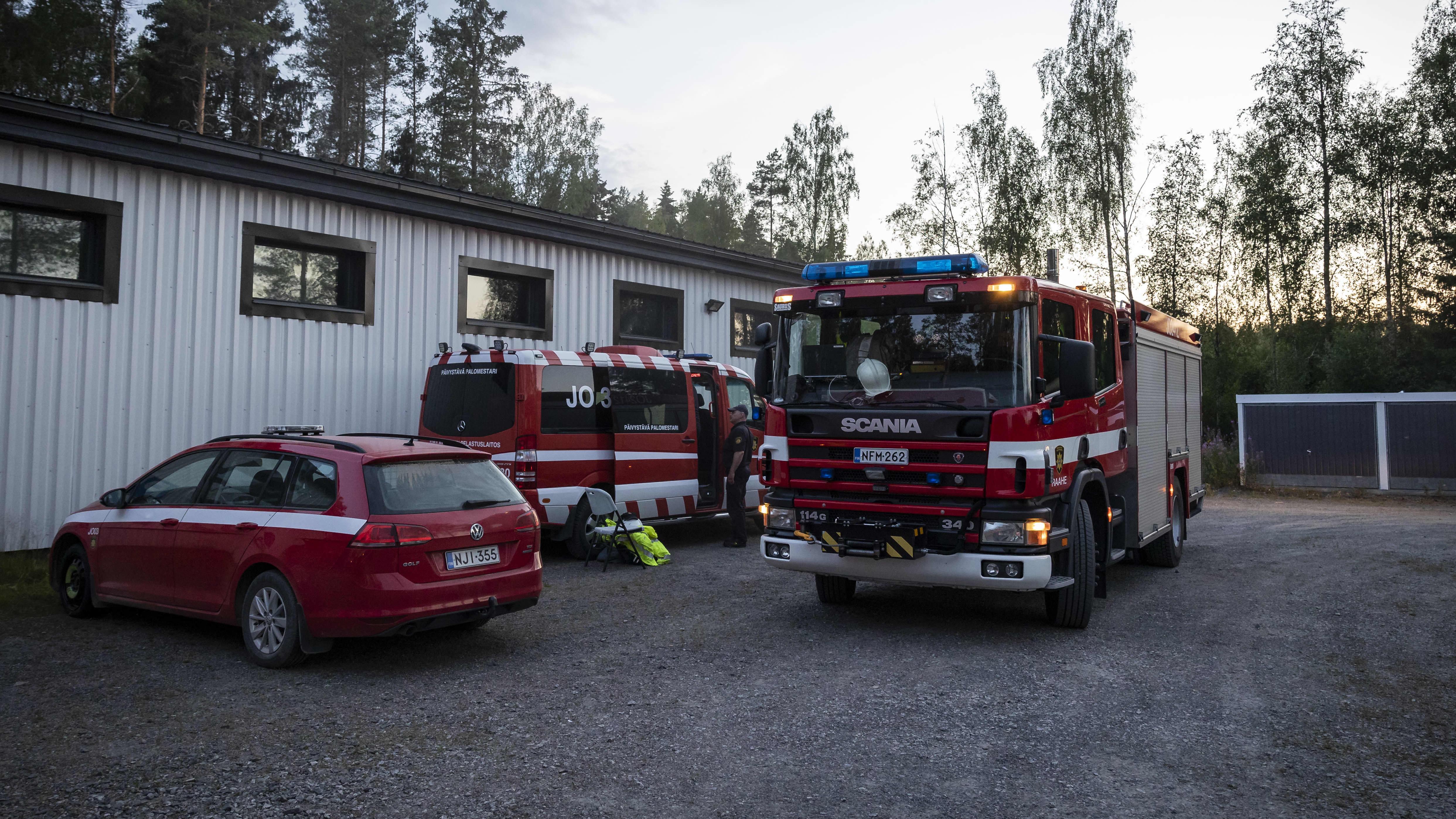 Pelastuslaitoksen henkilöstö valmistautuu sammutustöihin Kalajoella 28.7.
