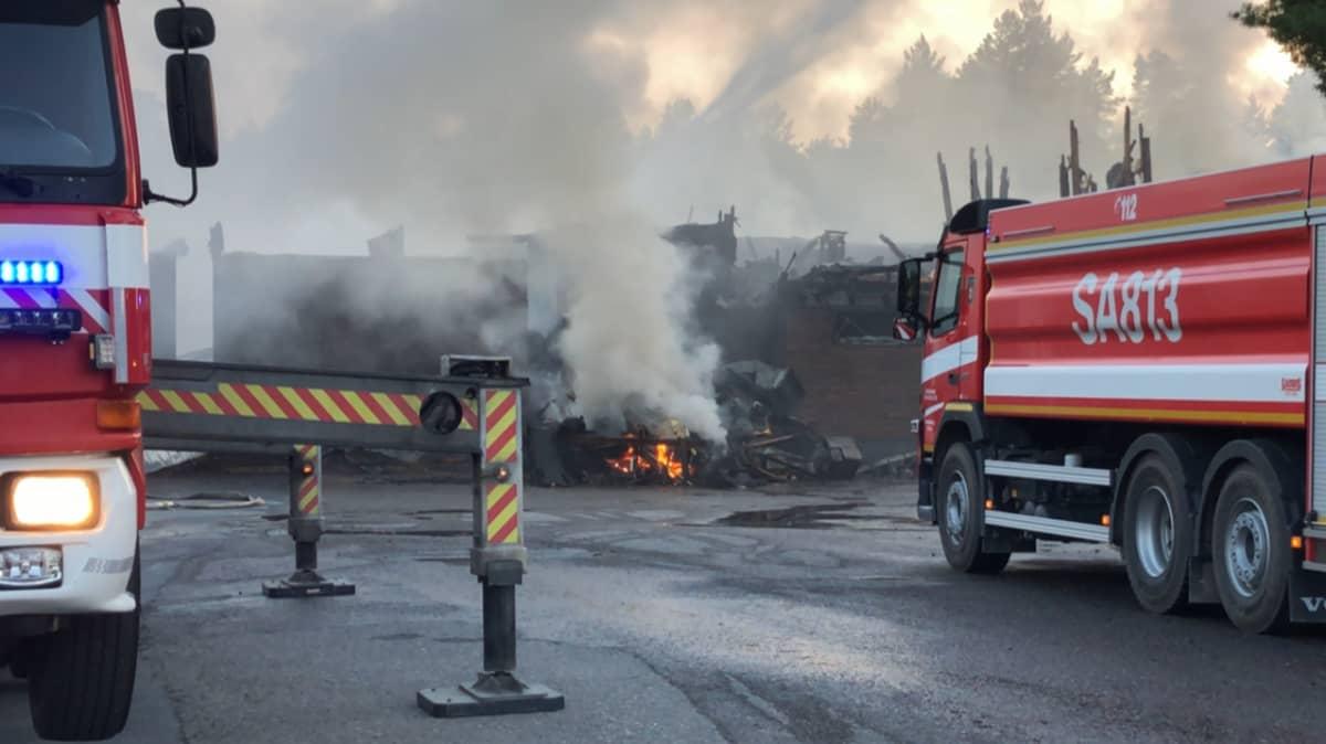 Hiittenharjun hotellipalo Harjavallassa 14.7.2021. Kuvassa myös paloauto.