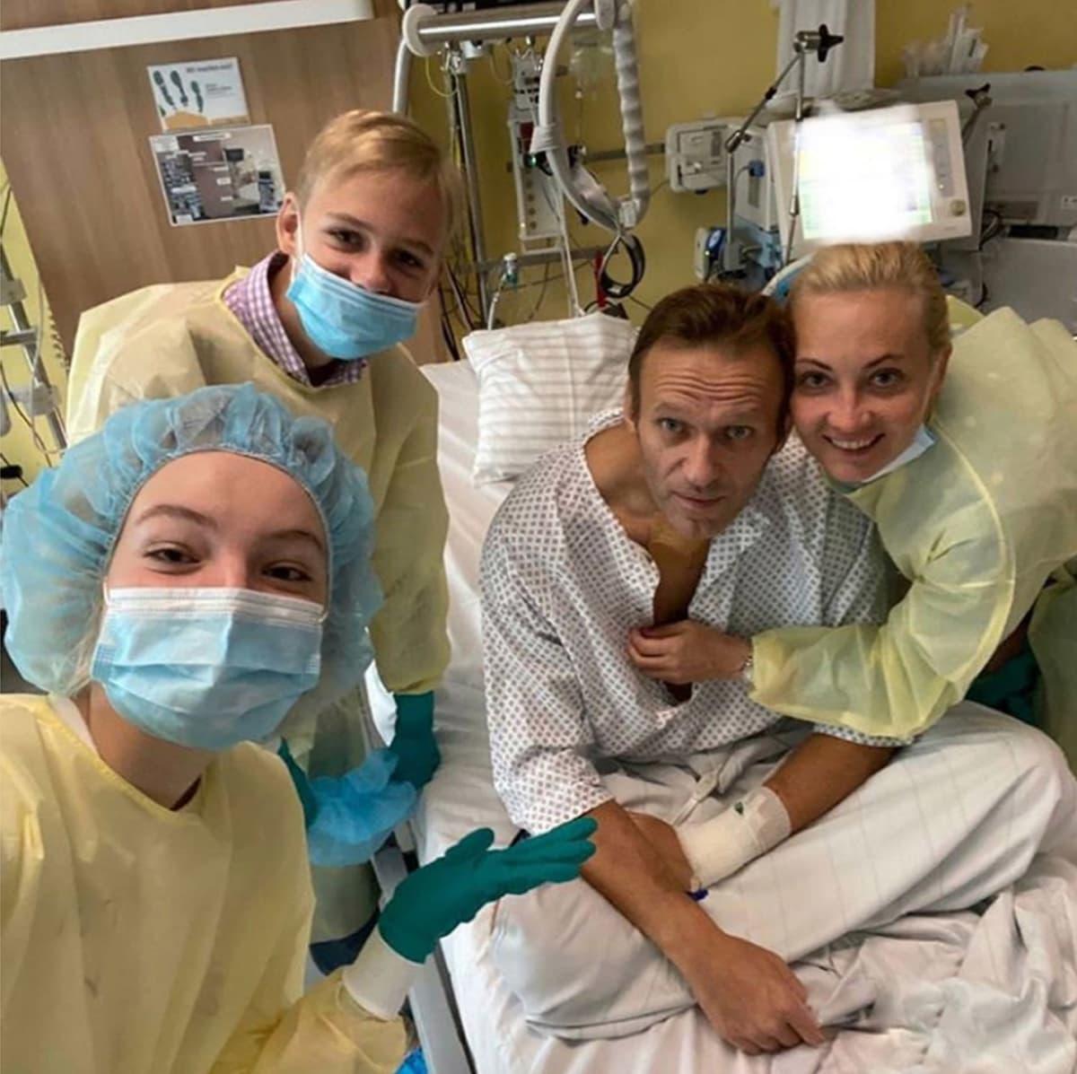 Aleksei Navalnyi perheensä ympäröimänä sairaalasängyssä.