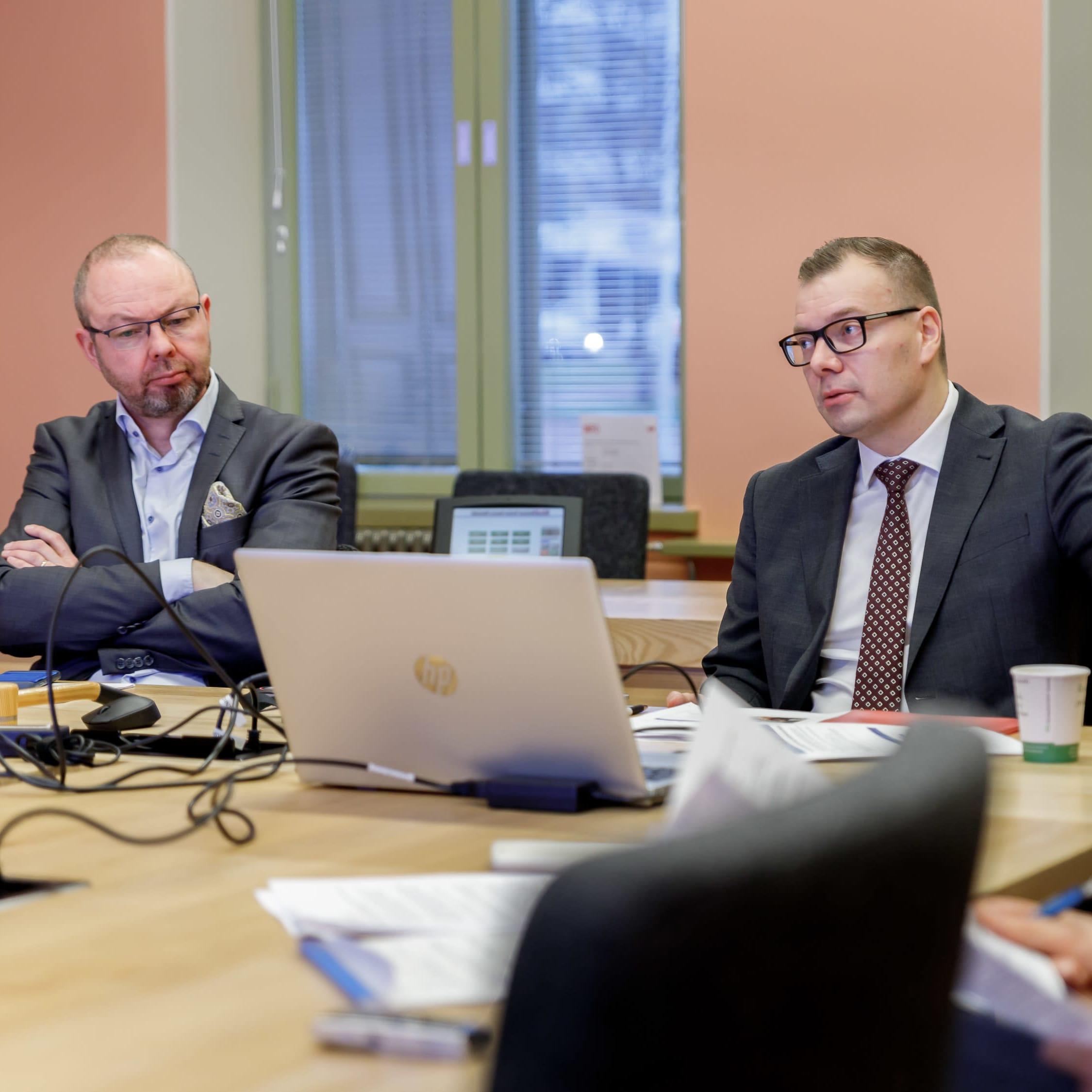 Timo Koivisto ja Lasse Leppä istuu pöydän ääressä.