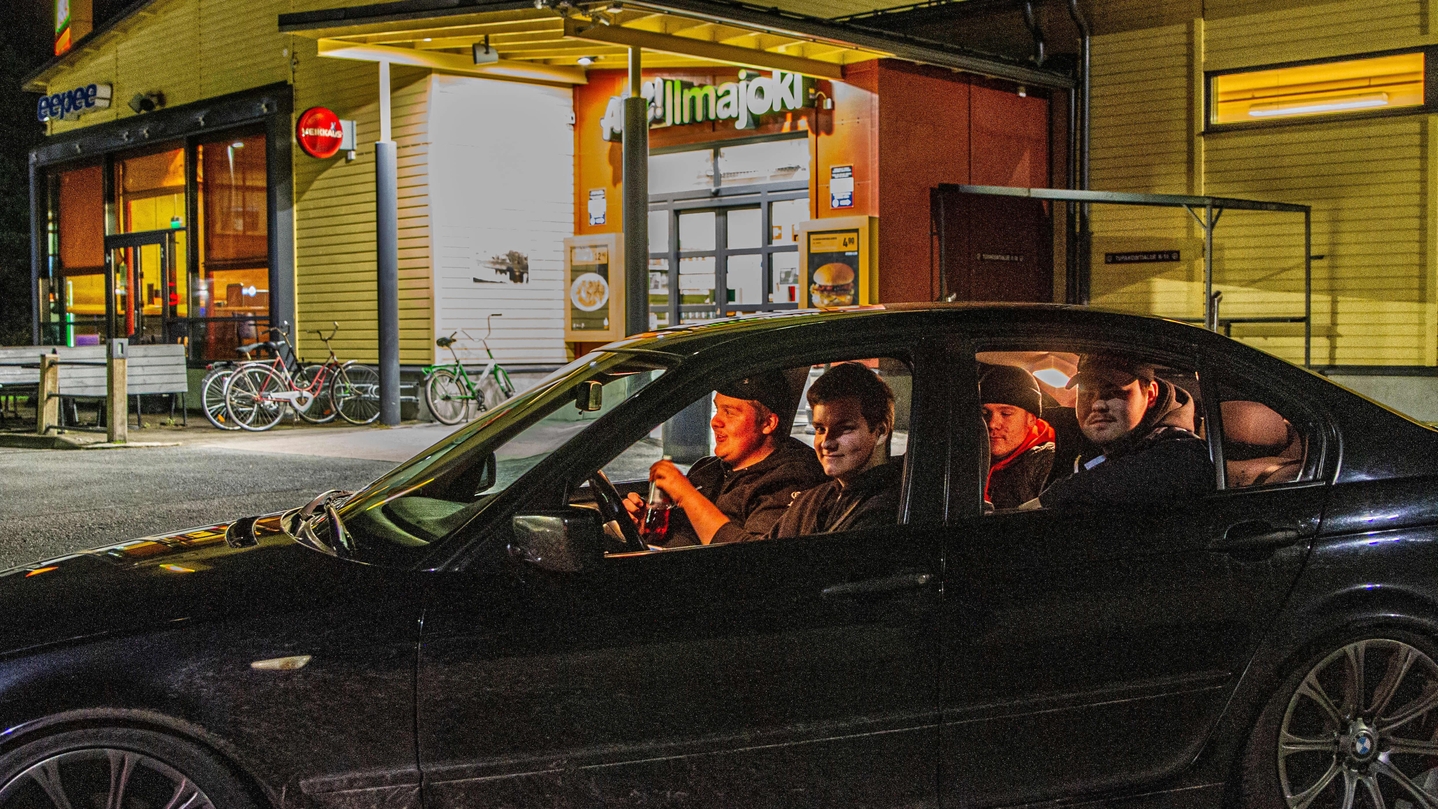Ilmajokiset Veeti Parvi, Markus Saloranta ja Petteri Peltola viettävät iltaa Ilmajoen ABC-huoltoasemalla.