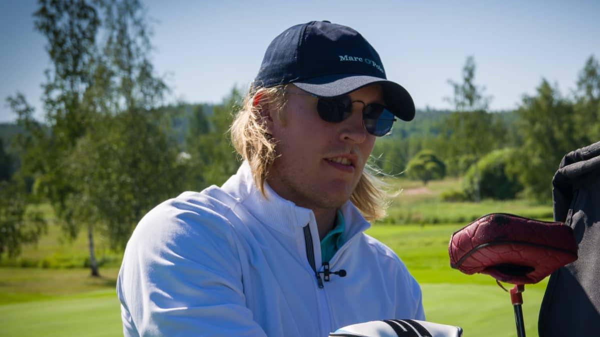 Patrik Laine golfkentällä.
