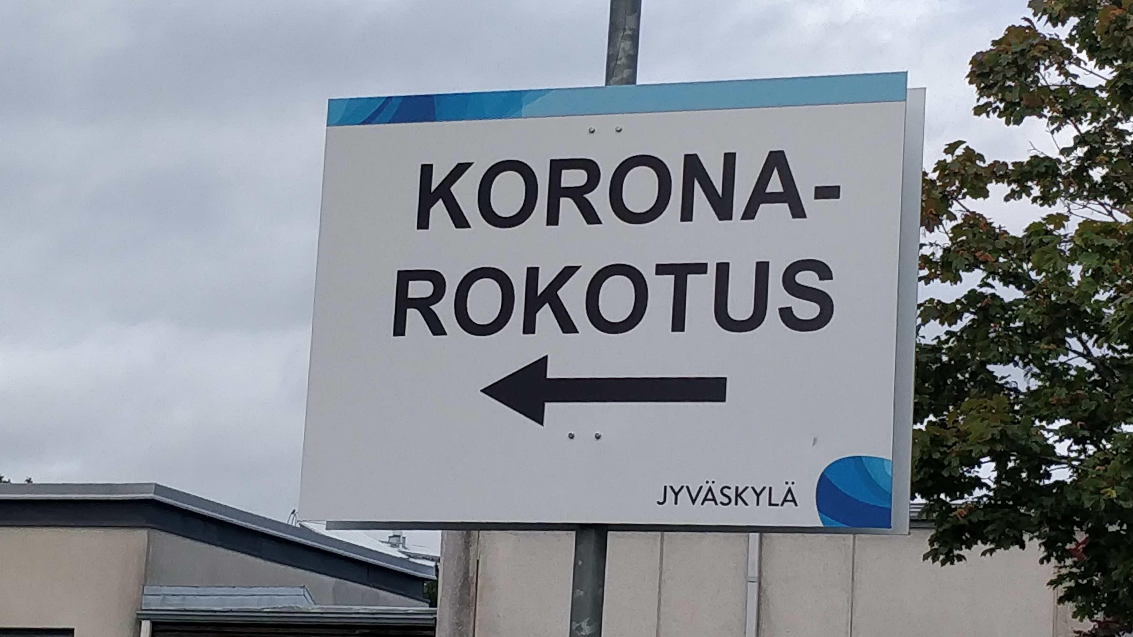 Koronarokotuksesta kertova opastekyltti Jyväskylän Kuokkalan terveysaseman pihassa.